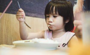フィリピン料理を食べる女の子
